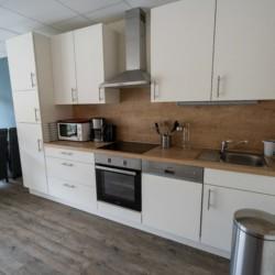 Die Küche im Gruppenhaus Moselschleife für barrierefreie Freizeiten in Deutschland.