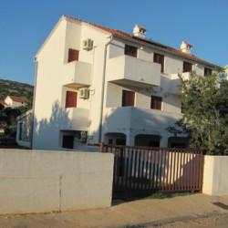 Blick auf das kroatische Gruppenhaus Haus Martin direkt am Mittelmeer
