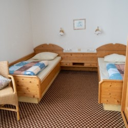 Schlafzimmer im Winterberger Tor im Sauerland für behinderte Menschen und Rollstuhlfahrer