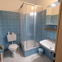 Badezimmer im Winterberger Tor im Sauerland für behinderte Menschen und Rollstuhlfahrer