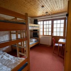 Mehrbettzimmer mit Etagenbetten im deutschen Freizeitheim Fuchsbau für Kinder und Jugendgruppen.