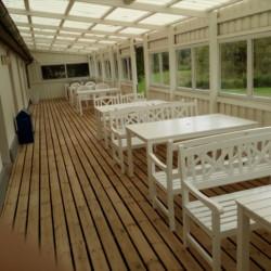 Veranda des dänischen Freizeitheims für Kinder- und Jugendgruppen Skovly Langeland auf der Insel