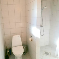 Duschraum im dänischen Freizeithaus Skovly Langeland.