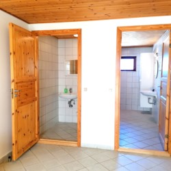 Sanitär im dänischen Freizeitheim für Jugendfreizeiten Skolvy Langeland