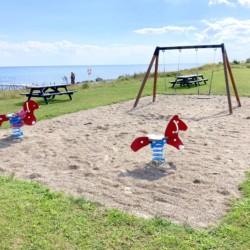 Spielplatz am Meer am dänischen Gruppenhaus Skovly Langeland auf der Insel