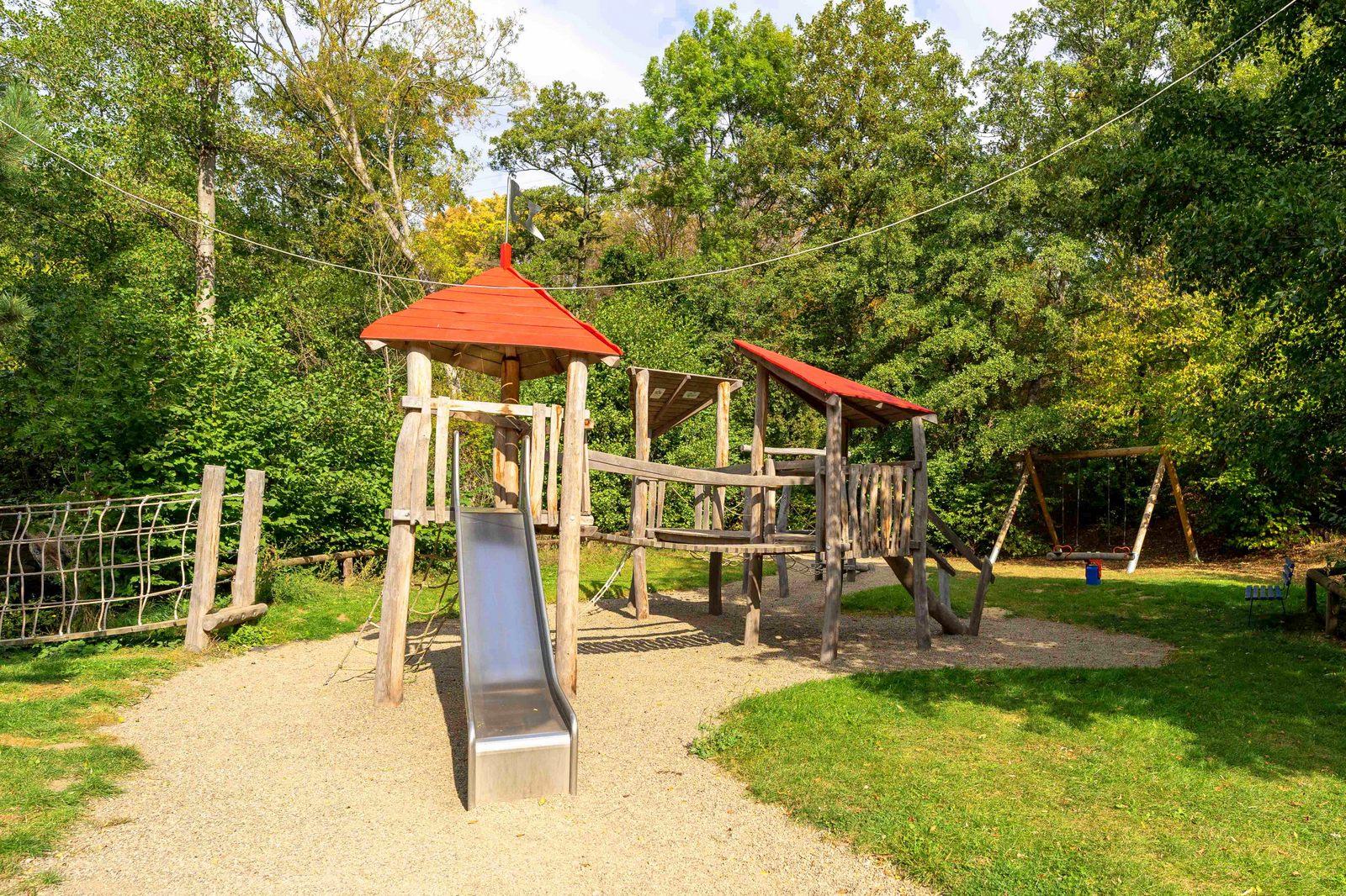 Spielplatz am Freizeitheim Forsthaus Eggerode im Harz in Deutschland für Kinderfreizeiten