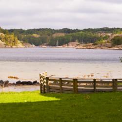 Die Lagerfeuerstelle am schwedischen Gruppenhaus Ängögarden hat Meerblick.