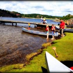 Kanus und Baden am schwedischen Gruppenhaus Ängögarden in der Nähe von Göteborg