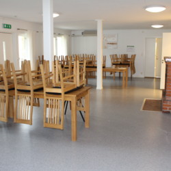 Gruppenraum im schwedischen Gruppenhaus Ängögarden am See mit Kanus