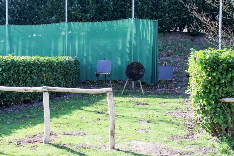 Bogenschießen am niederländischen Gruppenhaus für behinderte Menschen