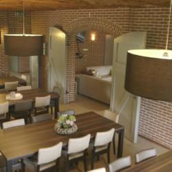 Der Speisesaal im handicapgerechten niederländischen Gruppenhaus Hooiberg für Menschen mit Behinderung.