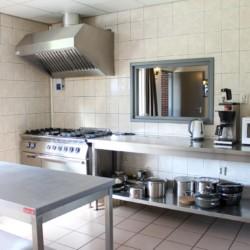 Profi-Küche im handicapgerechten niederländischen Gruppenhaus Hooiberg für Menschen mit Behinderung.
