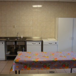 Die Spülküche im handicapgerechten niederländischen Gruppenhaus Hooiberg für Menschen mit Behinderung.