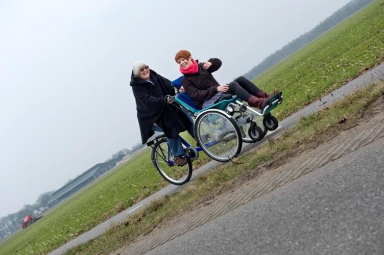 NLHO_7X_3 Mit Rollstuhl unterwegs im handicapgerechten niederländischen Gruppenhaus Hoeve/Schuurherd für Menschen mit Behinderung.