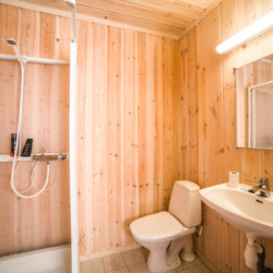 Das Badezimmer im Gruppenhaus Halligdal in Norwegen.