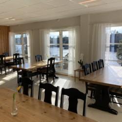 Der Speisesaal mit Seeblick im Haus Solstrand in Norwegen