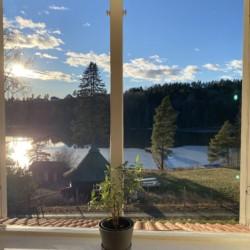 Blick auf den See am norwegischen Gruppenhaus Solstrand