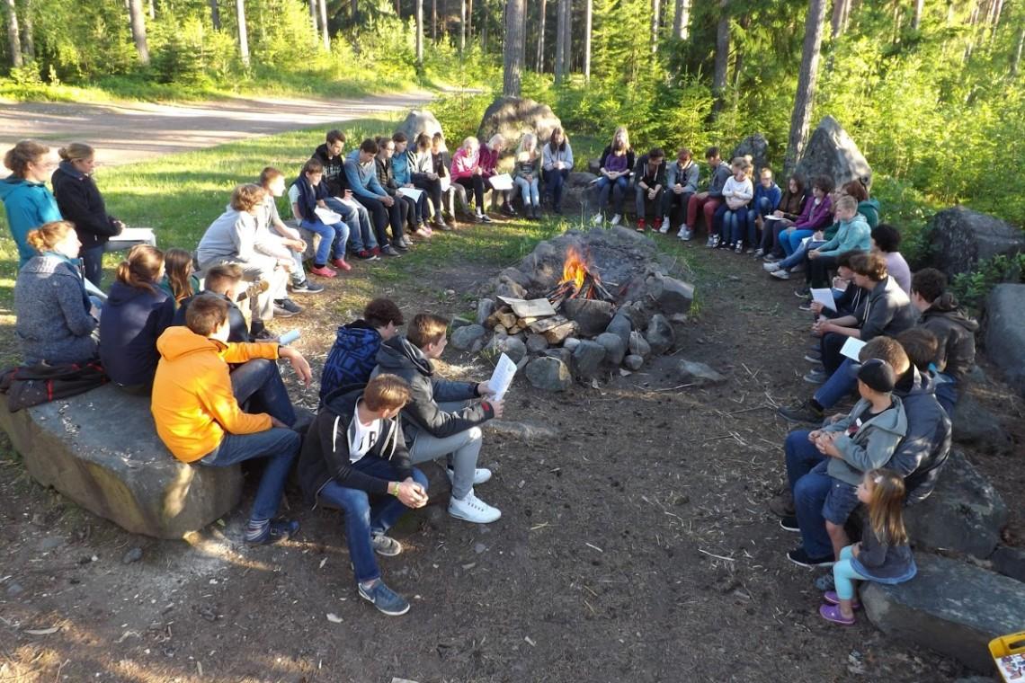 Andacht im Freizeitheim Vanamola am Lagerfeuer in Finnland